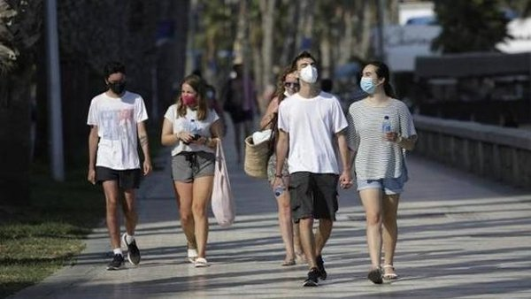 Spain's Ministry of Health outlines when the mandatory wearing of face masks outdoors can be lifted